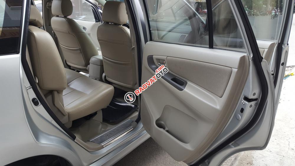 Bán Toyota Innova E số sàn, đời cuối 2014, màu bạc xe tuyệt đẹp-10