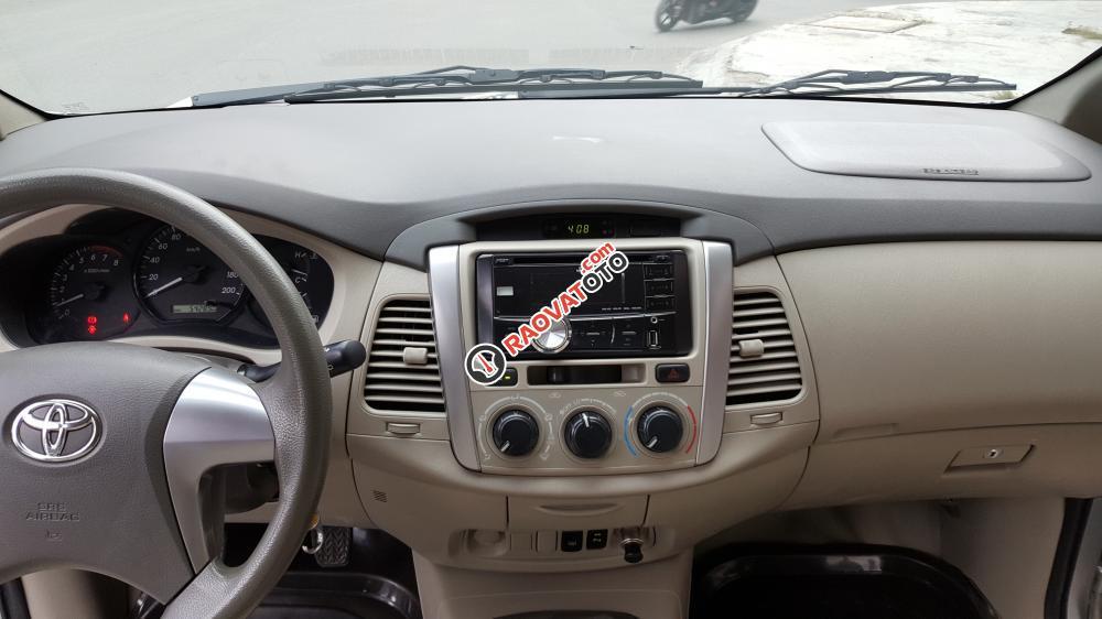 Bán Toyota Innova E số sàn, đời cuối 2014, màu bạc xe tuyệt đẹp-12