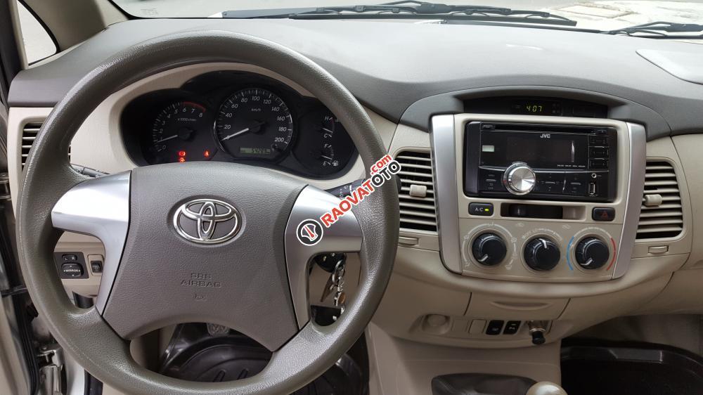 Bán Toyota Innova E số sàn, đời cuối 2014, màu bạc xe tuyệt đẹp-13