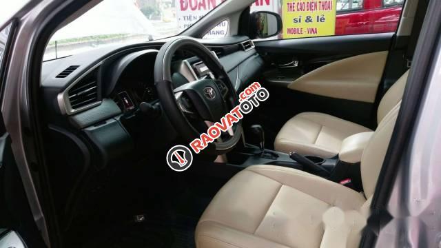 Cần bán Toyota Innova đời 2017, màu bạc số tự động-3