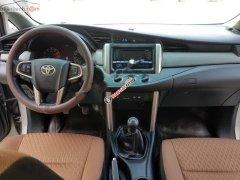 Cần bán xe Toyota Innova năm sản xuất 2016, màu bạc xe nguyên bản
