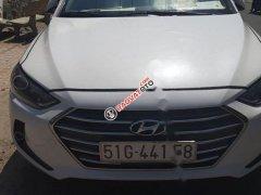 Cần bán xe Hyundai Elantra đời 2017, màu trắng xe nguyên bản