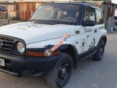 Cần bán gấp Ssangyong Korando sản xuất 2000, màu trắng, nhập khẩu nguyên chiếc số sàn, giá chỉ 105 triệu