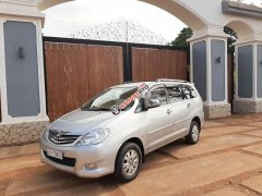 Cần bán xe Toyota Innova sản xuất 2010, màu bạc xe gia đình