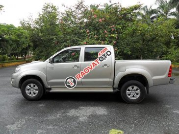 Cần bán xe Toyota Hilux đời 2015, số sàn 1 cầu, màu bạc, xe gia đình sử dụng
